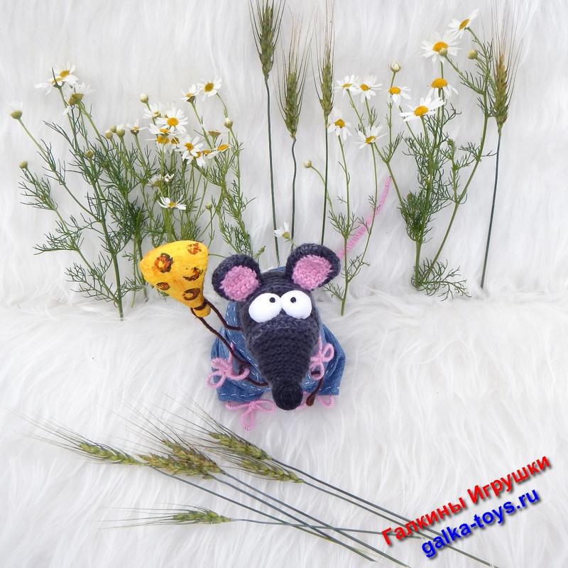 Вязаная игрушка крыса