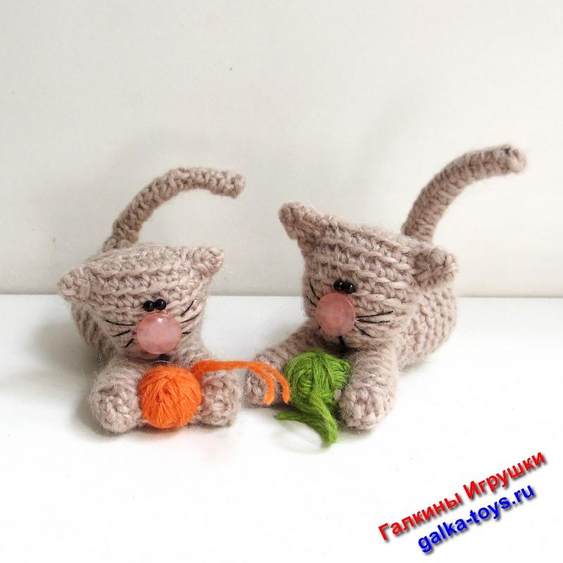 Маленькие котенки — вязаные игрушки котики