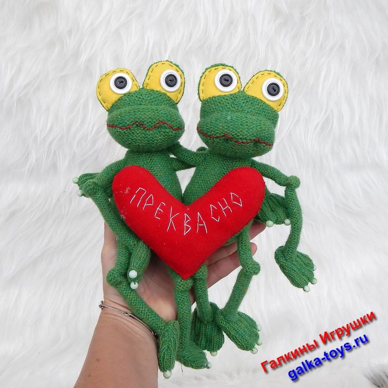 Две веселые лягушки