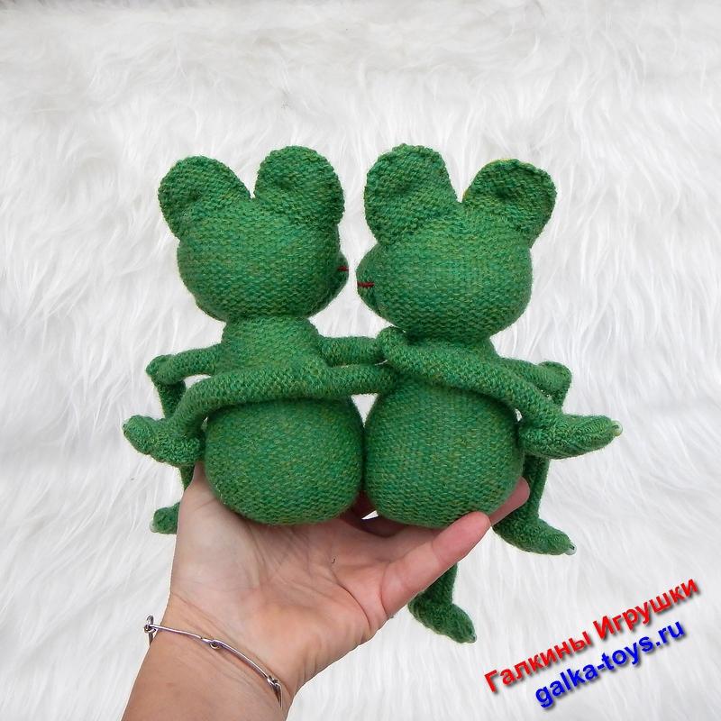 Две веселые лягушки игрушки попрыгушки. Очень необычные и прикольные. Лягушки сшиты из ярко-зеленого трикотажного полотна, глазки-пуговки, лапки с бусинками, наполнитель- холлофайбер. Эта парочка лягушек замечательно живет, весело поет и озорничает. В общем им преКВАсно вместе. Такие лягушечки могут стать отличным подарком на годовщину свадьбы, на свадьбу, влюбленным или семейной паре. Сердечко прилагается. Очень нестандартный подарок с позитивным настроем будет памятным на долгие годы. Жизнь преКВАсна, спору нет.