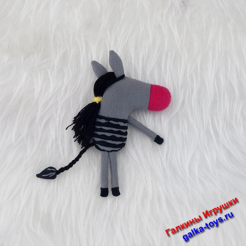 Сшита из флиса: тело из серого, носик из малинового, полосочки и хвост из черного. Глаза из белого фетра с бусинами.