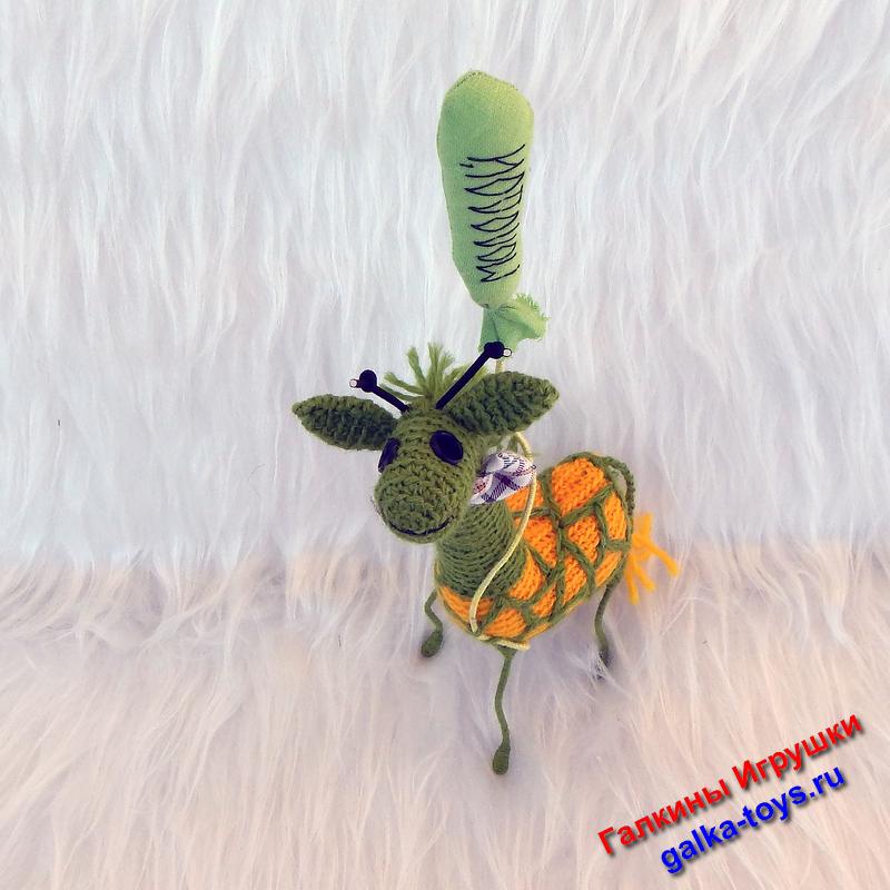 Вязаный жирафик настоящий мечтатель и пижон: у него бабочка на шее и почти реальный воздушный шарик.