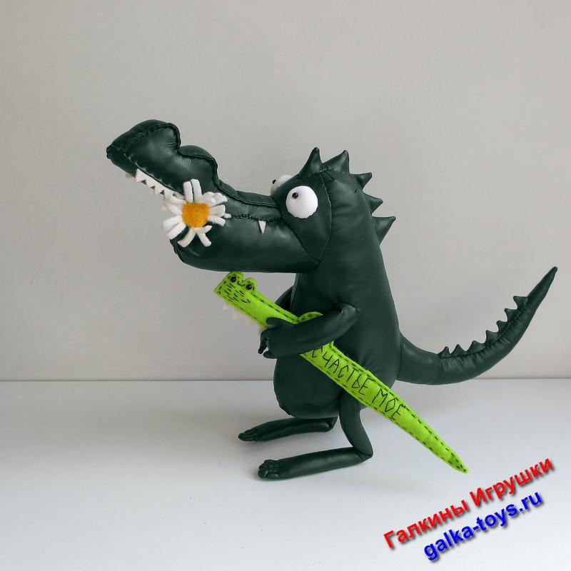 Глаза большие, пасть, как и полагается - зубастая. Но Крокодильчик совершенно не страшный, а очень даже дружелюбный.