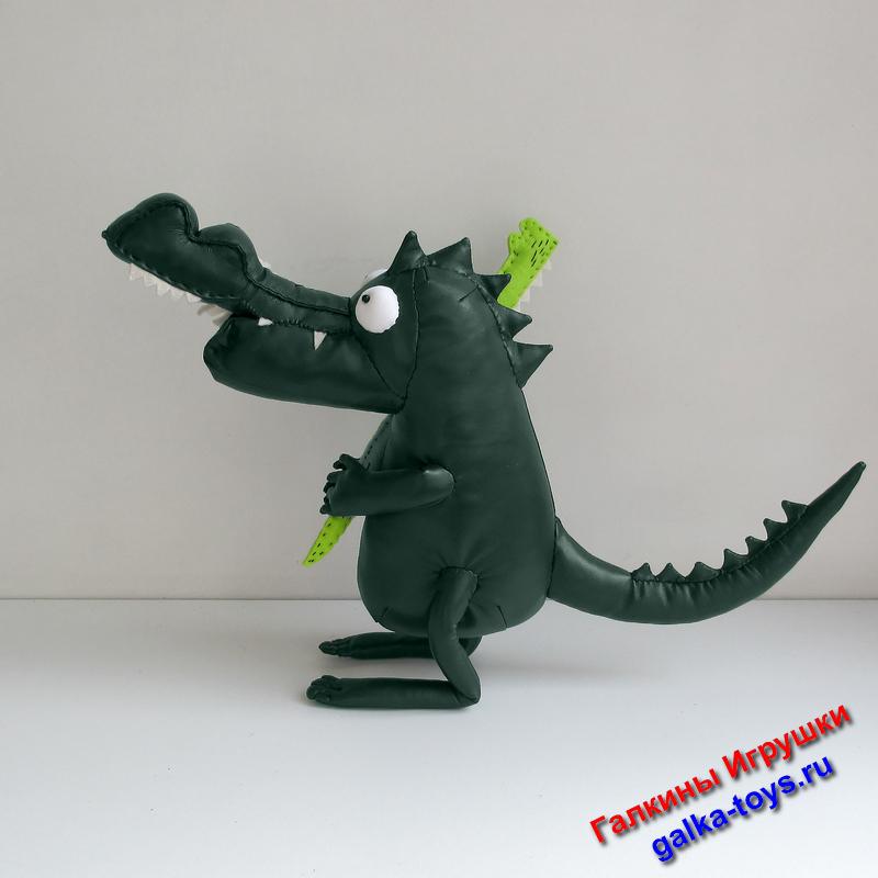 На ручках у него совсем еще маленький салатовый детеныш - Крокодильчик. Это родительское счастье, о чем напоминает надпись.