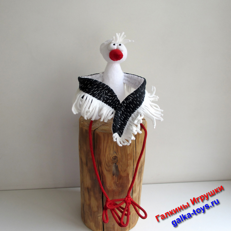 Лапки из полиэфирного шнура на медных проволоках, что позволяет легко менять объятия и походку :) На голове Аиста маленькая мягкая вязаная шапочка.