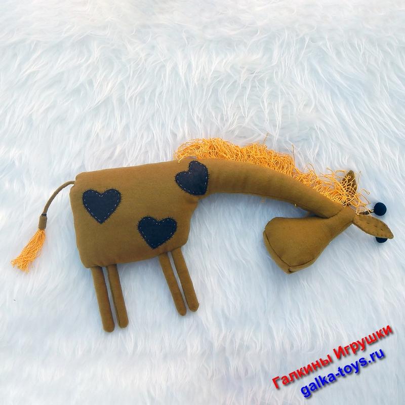 У этого жирафика вместо пятнышек - сердечки из коричневой костюмной ткани.
