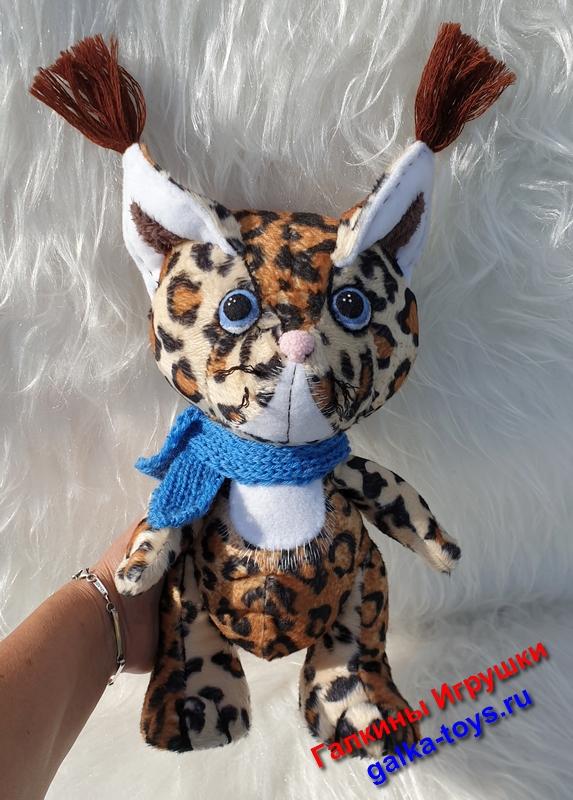 Симпатичная игрушка дарит любовь и мир.